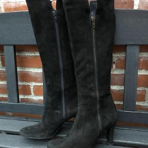 Varetype: Støvler Farve: Sort Oprindelig købspris: 1200 kr. Prisen angivet er inklusiv forsendelse.  Lange støvler i ruskind med lynlås. Hælhøjde 8 cm, højde inkl hæl 44 cm, omkreds skaft 35,5 cm.