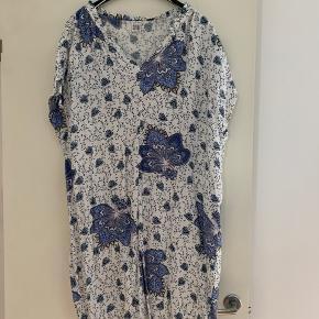 Hvid, blå og lyseblå flot blomstret kjole med søde stropper ved ærmegab.