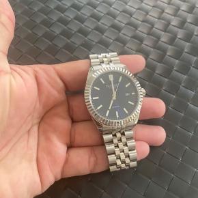 Et flot Dissing ur! Næsten ikke brugt super lækkert design!