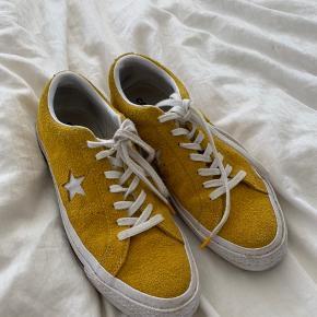 Converse one star gul Str 41 Nypris er 700kr  De er brugt under 5 gange