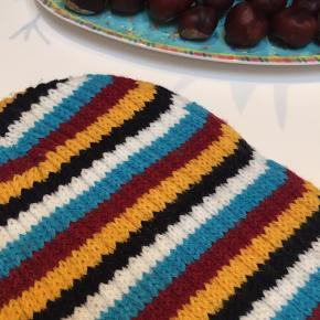 Lækker strikket hue i stribemønster fra Protest. Str. S - er relativt lille i størrelsen