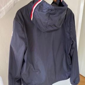 Sælger denne mega lækre jakke fra moncler. Det er en str 4 og aldrig blevet brugt
