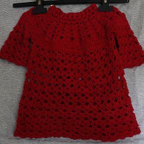 Håndlavet hæklet Tunika kjole. 100 % Bomuld. Str : 6-12 mdr. Brystvidde : ca 2 x 28 cm Længde : ca 36 cm Pris : 160 kr + forsendelse med DAO