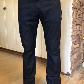Wrangler jeans model Clyde. Brugte lidt men fejler Intet.  Str 32.  Byttes ikke.