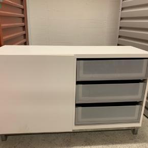 IKEA BESTÅ skabe, brugt men er stadig brugbare. Sælges helst samlet eller kom med bud. Låger kan udskiftes med andre modeller og ekstra dele kan tilkøbes hos IKEA