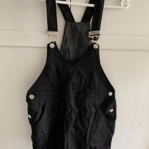 Pæne sorte shorts med smæk / seler. Er fra Asos Petite.
