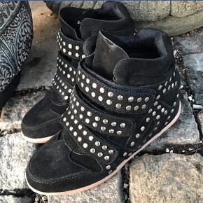 Super lækre wedge sneakers med nitter. Brugt bare et par gange. Jeg bruger normalvis størrelse 37 i sneakers/støvler. Så vil mene de er lidt store i str. Hælhøjde ca. 7 cm. Handler via ts. SENDER KUN! MEN SENDER HURTIGT!