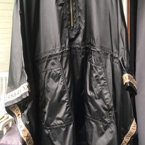Lække stor regn poncho fra Ilse Jacobsen, længden er til omkring knæene.  Ny pris 1499,-  Bytter ikke
