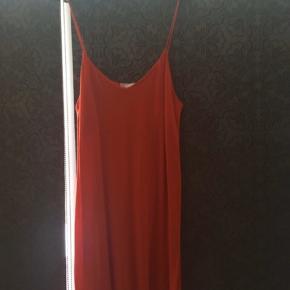 """#30dayssellout  Jeg sælger denne flotte, røde sommerkjole fra H&M, størrelsen er en M, jeg har kun brugt den få gange, derfor er standen altså mellem """"næsten som ny"""" og """"god men brugt"""", intet slid. Kjolen har det fineste, afslappede fald, med en diskret V-udskæring, en klassisk sommerkjole. 😊   Alt afhængig af hvordan man lige ønsker den skal sidde, vil en str S/36 også kunne passe den, så er den nok bare lidt mere """"oversize"""" i det.  Nyprisen var omkring de 180-200 kr.   Hvis den skal sendes, betaler køber fragt.  Mvh Betina Thy"""