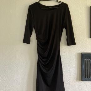 Fin basic sort kjole i elastisk stof :-)  Afhentes i 8520 eller sendes med DAO mod betaling af fragt.
