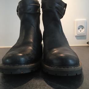 Mørkebrun/grå. Store i str. 3 cm hæl.
