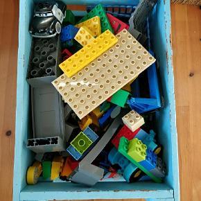 En kæmpe kasse med Lego Duplo. Togbane, zoologisk have, cars mv. Værdi for mere end 4000 kr.  Kassen med hjul kan medfølge.