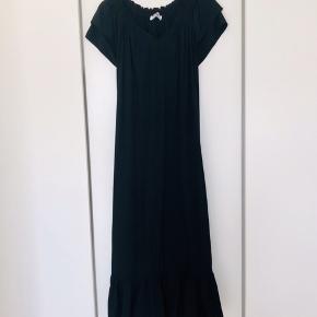 Sunrise Dress - Co'Couture Lang kjole i stilfuldt design i str. L.  Kjolen har en flot v-udskæring med smocksyninger samt korte ærmer med flot flæsekant. Let og løs pasform med flæsekant i bunden. Bæltet fra Co'Couture kan evt medfølge for kr. 100,-.