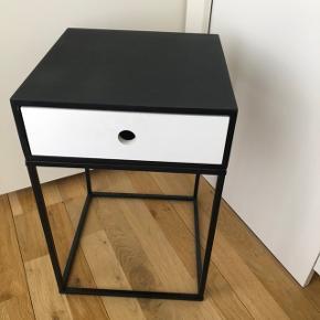 Sælger dette fine natbord med skuffe. Den hvide front kan udskiftes med 3 andre farver (se billede)  Der er brugstegn, men det fungerer som det skal :) Sælges pga flytning   Måler 30x30x45 cm :)  Afhentes i Aalborg :)