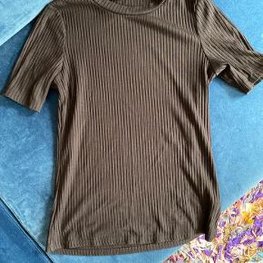 Sælger denne fine t-Shirt, fra h&m, da jeg ikke får den brugt 🖤