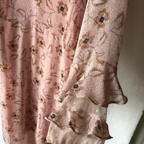 der følger underkjole med kjolen - denne er ikke syet fast til kjolen og kan derfor fjernes ny pris: 450 mindstepris: 200