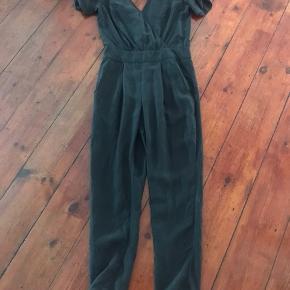 Fin buksedragt i silke med lækre detaljer. Se billeder