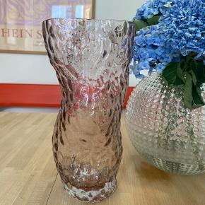 Den smukke hein studio ostrea rock glass vase i lyserød. Størrelse large. Fremstår fuldstændig som ny.  Hein studio  Stilleben