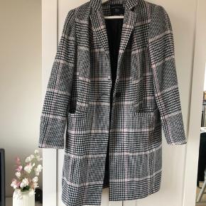 Fin ternet frakke fra Dorothy Perkins i størrelse 38. Passer en 36-38 vil jeg sige afhængigt af hvor meget tøj man ønsker have under jakken