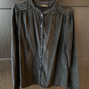 100% silke skjorte fra Style butler. Brugt få gange. Lidt lille i str.