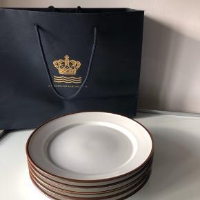 Royal Copenhagen DOMINO tallerkner. 1. sortering. Diameteren er 24 cm. Prisen er for alle 5.  ▪️Velkommen i shoppen 🤩👗☘️ ▪️Bud er altid velkomne 🌹📸💰 ▪️Tager ikke billeder med tøjet på ‼️‼️ ▪️Sender udvalgte varer 📦🔍💌 ▪️Afhentning nær Nørrebro st. ☑️ ▪️Ingen byttehandler 🔁🌸🖖🏼🌼