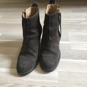 """Acne """"Pistol"""" boots i brunt ruskind. Støvlerne bærer synlige tegn på brug, men fejler ellers ikke noget. Størrelsen er stor i det. Bruger normalt 36,5."""