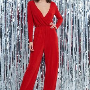 Sælger denne smukke røde buksedragt fra Gina Tricot i en størrelse M. Aldrig brugt, og stadig med prismærke.