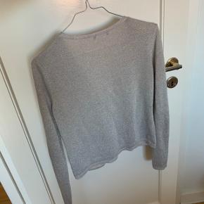 Rigtig fin grå sølv glimmer cardigan fra H&M.  #Secondchancesummer  Se også min profil og alle mine mange andre flotte og billige varer jeg har til salg 🌸  Tryk køb nu eller bed mig oprette en handel, hvis du er interesseret ☺️  Tags: Sølv - grå - glimmer - glitter - strik - cardigan - jumper - overdel - top - fest - langærmet - lange ærmer - sølvgrå - hm - lysegrå - m