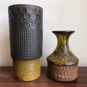 Keramik vaser af ukendt mærke.  Til venstre: Højde 23 cm Har lidt hvid maling (!?) på siden, se foto.  Til højre: Højde 16 cm  50kr pr stk  🌷🌷 Kan afhentes i Valby. Sender kun ved køb på over 200kr. Pakker kan sendes med DAO eller GLS for 45kr