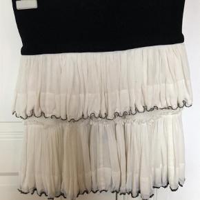 Varetype: Mini Farve: Hvid  Den smukkeste nederdel fra isabel marent med unik perle besætning hele vejen rundt. Bred elastik kant, så både en x small til medium kan passe nederdelen.  Brugt 2 gange 😊 Byd gerne, køber betaler fragt og ts gebyr.