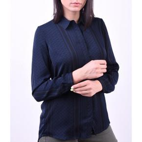 Sælger denne fine skjorte fra Moss Copenhagen i modellen Blair Partisan i sort og mørkeblå.  Helt ny, aldrig brugt - stadig med mærket på.  Sendes med DAO via Trendsaleshandel - pris for fragt kommer oveni :)
