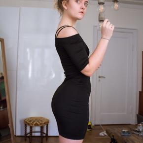 Stram off shoulder kjole, str xs  - Jeg er en s/m i underdel, men xs i overkrop, ser nok bedre ud på en der er s/xs i underdelen ✨😁
