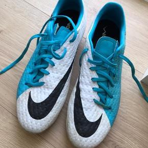 Fodboldstøvler brugt få gange, lidt beskidte men ellers rigtig fine!