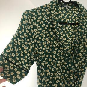 Ganni crepe verdant green kjole. God men brugt, obs misfarvning på ryg (se billede)
