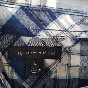 lækker skjorte fra Tommy  Hilfiger  str 8 til 10 år brugt få gange nypris 699  sælges fast pris 130 kr   sender med Dao for 37 kr Ellers Afhentni g på adressen i Hvidovre