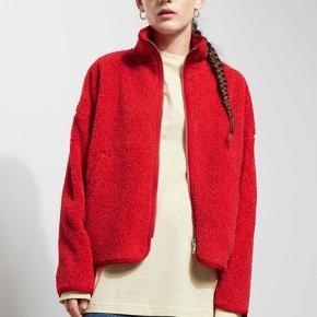 Weekday Frigg Jacket i rød. Passer også small og medium, da den er oversize. Brugt, men uden pletter eller tegn på slid. Det første billede er lånt fra hjemmesiden.