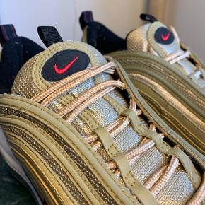 ✨ AIR MAX 97 GOLD ✨    9/10 condition - original lace   UK 8.5 - EUR 43   Giv gerne (realistisk) bud 🙏🏼   ❌ Kvittering eller original kasse medfølger IKKE. Vi står dog 100% indenfor ægthed    Kan mødes i København ved handel eller sende via. DAO