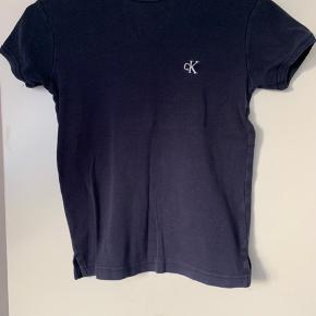 Lækker Calvin Klein trøje med cK på brystet