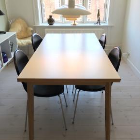 """Flot spisebord fra IDÉmøbler sælges.   """"Single Spisebord"""" 180 x 90 x 76 cm i hvidolieret eg med hvid melaminbordplade, inkl. 2 tillægsplader (udslået mål 270 cm).  Købspris 4.000 kroner.   Bordet er meget velholdt og praktisk talt som nyt. Fejler absolut intet, bortset fra et par få blanke steder (se billede 3). Sælges derfor til en god pris! :)  Afhentes på Nørrebro i København."""