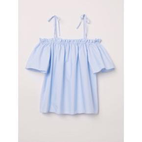 H&M blå top lidt off shoulders så fin  størrelse: 38   pris: 100 kr  fragt: 37 kr