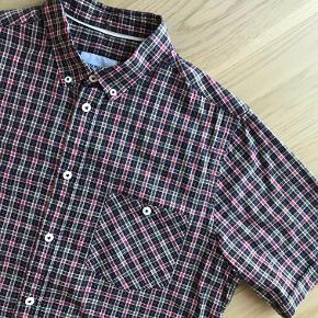 Kortærmet button down skjorte fra Norse Projekt med brystomme.  Vasket få gange og i virkelig god stand  Bytter ikke.