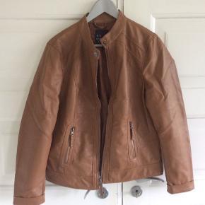 Even and Odd jakke i imiteret skind. Brugt en gang. Skulder og ned 59 cm. Brystvidde 51*2 cm. Indv arm 44 cm.