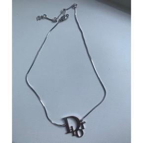 Fineste Dior Oblique logo halskæde i sølv! Den er købt i Paris i 2006 og kvitt. haves derfor ikke - dette er grunden til den lave pris. Står 100% inde for ægtheden! Den har aldrig være brugt, men blot ligget i en æske og derfor fremstår den som ny. Sælges da jeg ikke rigtig går med halskæde.  Sælges for 800 kr ved afhentning på Nørrebro :) Kan sendes såfremt køber betaler Porto.