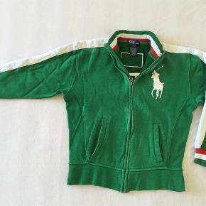 Mega fed trøje fra RL. Er sat i kategori slidt, da den har været brugt en del og desværre har fået en rift i stoffet ved den ene lomme - tænker at det evt godt kan syes hvis man er lidt fiks med hænderne.  Mindstepris 150 +  Sender med DAO via Trendsales Handler også gerne via mobilepay Kan også afhentes / mødes i Kbh  Lækker tyk italy trøje / cardigan / sweatshirt - str S (8) Farve: Grøn