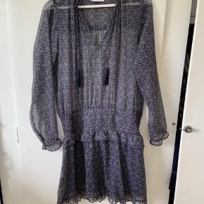 Super fin kjole god til sommer. Sælger den, da jeg desværre ikke får den brugt 🌞