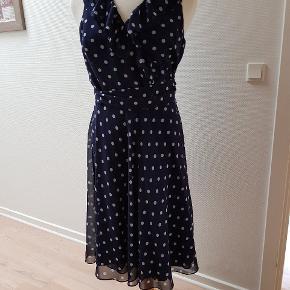 Smuk kjole med slå-om og flæser.  Perfekt stand.