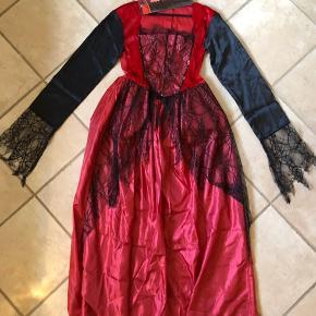 FASTELAVN - HALLOWEEN - UDKLÆDNINGSDRAGT - UDKLÆDNING  Super flot udklædningsdragt med masser af fine detaljer. Kan bruges til FX. Fastelavn og/eller Halloween💥 Utrolig flot på!! 🔥💥☄️  Det er en Dracula kjole - eller Rød vampyr kjole🔥   Billede nr. 9 viser den flotte velua nakke og billede nr. 10 viser det stykke under kjolen som gør, at den strutter ud fra livet af.   Kjolen er kun brugt 1 gang i få timer og fremstår som vi købte den. Hvis man syntes, kan man da lige give stoffet en tur med en streamer fx.  Vil sige at den kan bruges af en pige/kvinde på 165 cm og højere.   Mp: 75,- pp