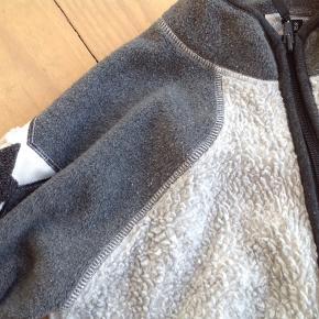 Fleece, Fleecetrøje, trøje, jakke. Lækker Molo fleece i to grå  nuancer og med syninger i sølv. Str 152/ 12 år. Fin stand uden pletter og huller.