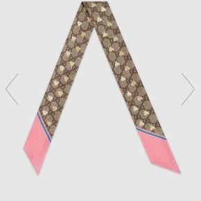 Super fin Gucci neck bow, som kun har været brugt 2 gange, og derfor fremstår som ny.  Hårbåndet er købt på LUISAVIAROMA, og alle kvitteringer og æsker medfølger