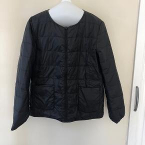 """Tynd dunjakke der kan vendes på vragen """"to jakker i en"""" sort/ beige. Prisen er eks fragt (fragt ca. 30kr)"""